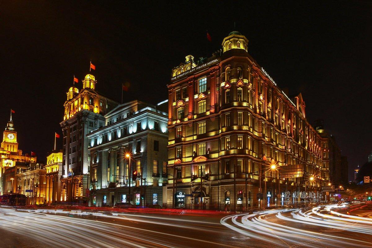 欧米茄 (OMEGA) 斯沃琪和平饭店艺术中心旗舰店于10月重装开业。如今,顾客可以再次莅临这一历史建筑瑰宝,一睹上海百年地标的迷人风采,分享独特的欧米茄体验。 欧米茄斯沃琪和平饭店艺术中心旗舰店坐落于上海外滩最具传奇色彩的建筑始建于1929年的和平饭店,将和平饭店的传奇过去与光辉未来完美联结。该旗舰店面积达940平方米,沿用了欧米茄所有旗舰店共有的设计元素,同时将现有的内部建筑风格与原有的装饰艺术元素完整保留,使得这家旗舰店与众不同,别具风格。 出于保护文物的考虑,这座建筑的结构完整性没有经过任何改动