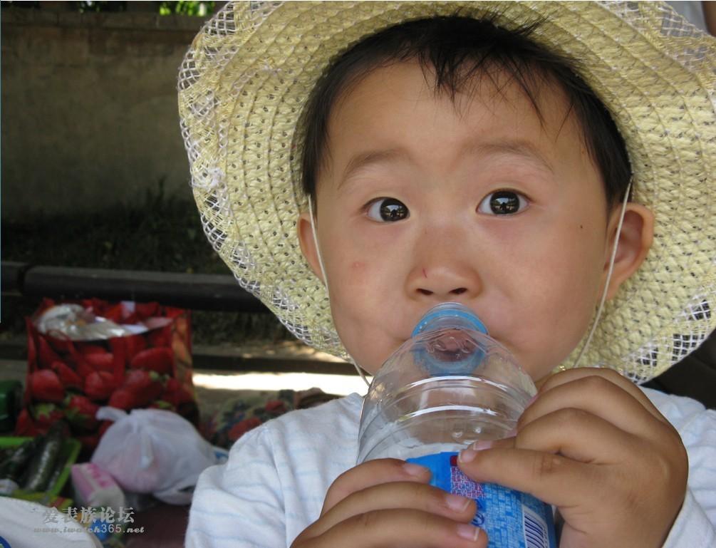可爱的孩子在喝水